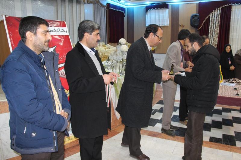 تجليل فرماندار قائنات از برگزيدگان مسابقات شطرنج جام دهه فجر