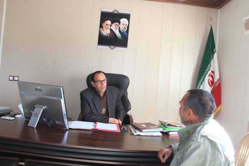 كهن ترابي فرماندار با تعدادي از مردم شهرستان قائنات در محل دفتر كارشان ملاقات نمود